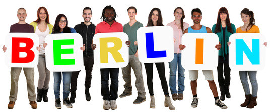 Lachende Gruppe junge Leute People multikulturell halten Wort Berlin Freisteller