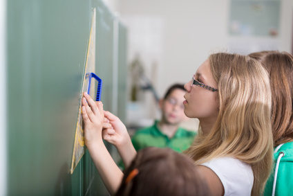 Schülerin zeichnet Quader an der Tafel